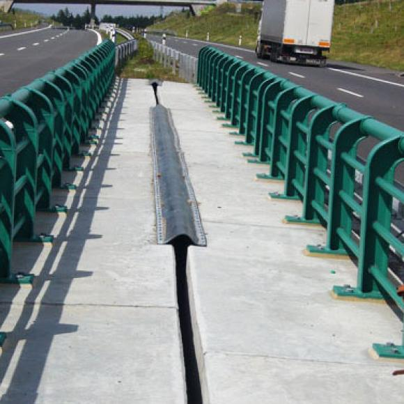 anticorrosion protection of crash barrier of railing of bridge